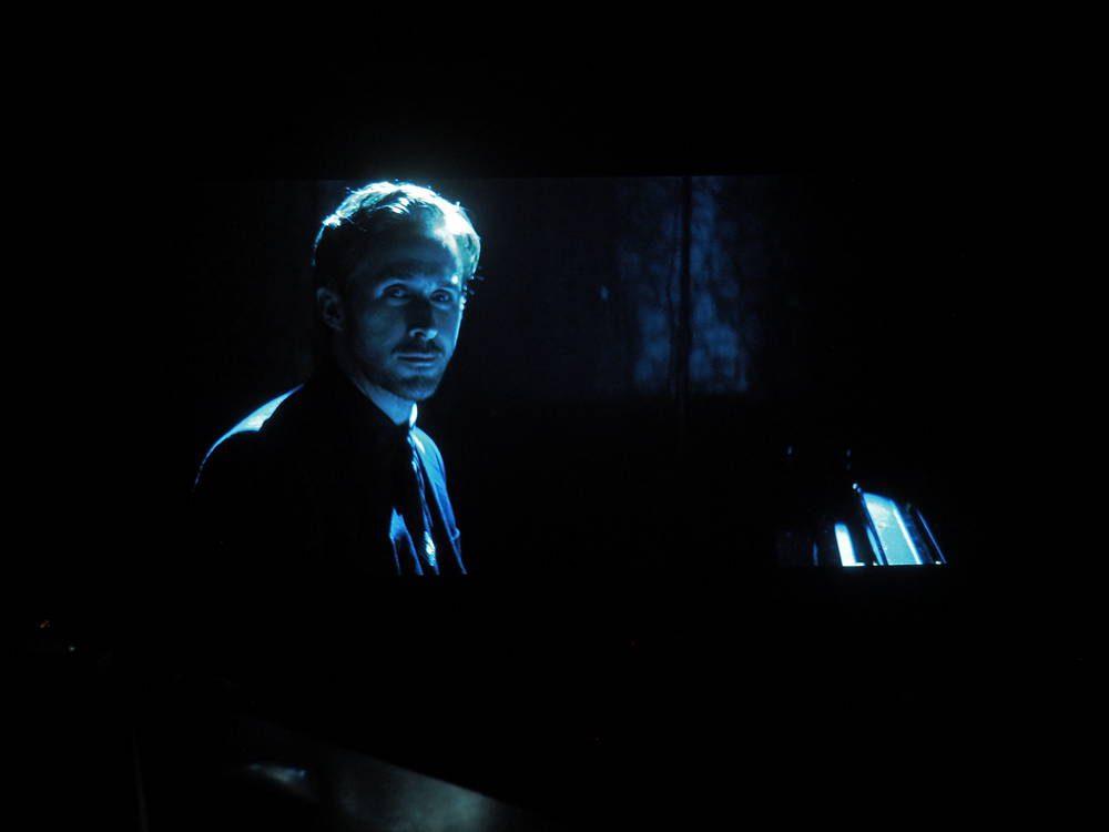 sceny pokazujące głębię czerni telewizora philips 55oled754