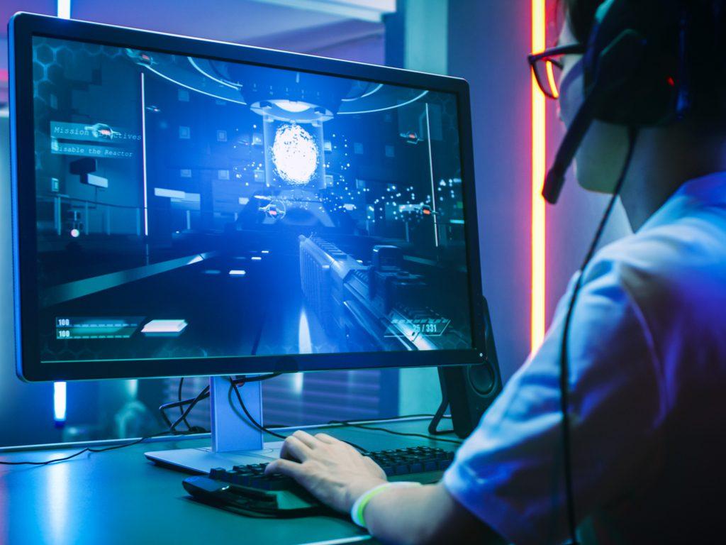 gracz przed monitorem gamingowym