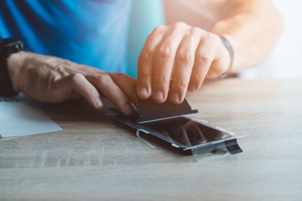 Oklejanie smartfona folią ochronną