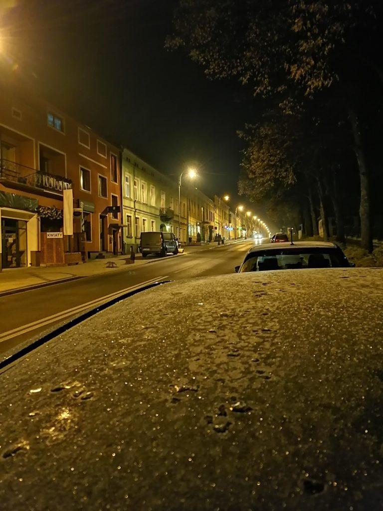 P Smart Pro zdjęcie ulicy w nocy