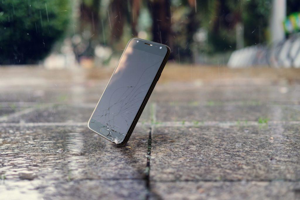 Upadek smartfona na beton