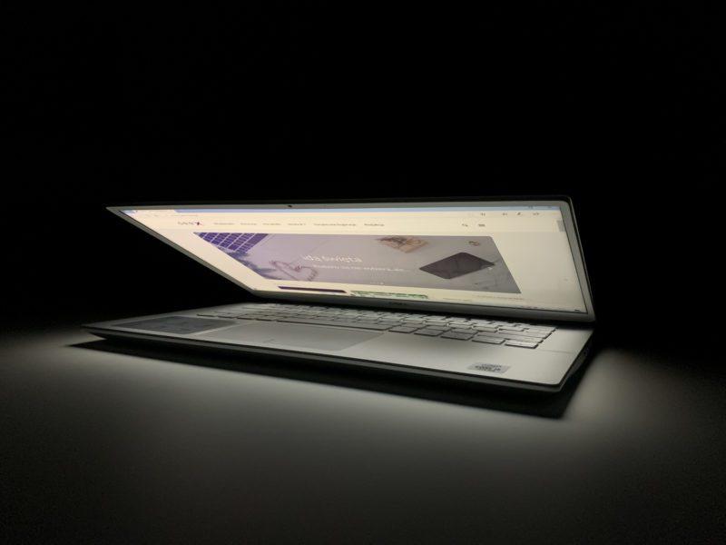 Recenzja Dell Inspiron 5490 – multimedialne oblicze mobilności