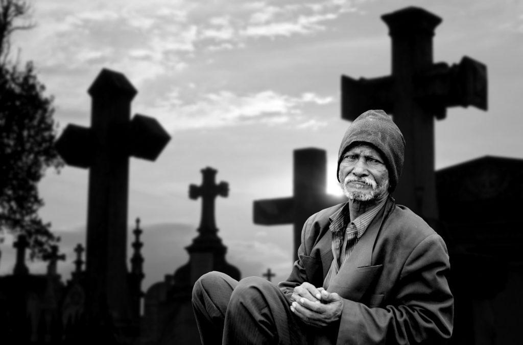 Smutny człowiek na cmentarzu