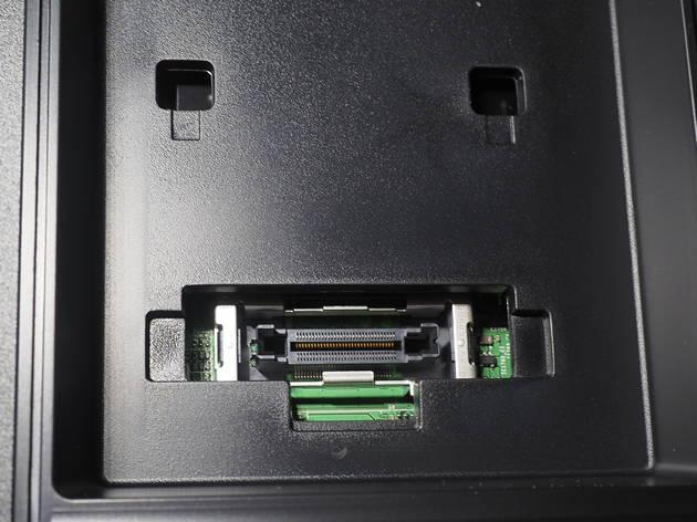 zdjęcia przedstawi moduł common interface w telewizorze samsung, ukazujący się po zdjęciu nalepki