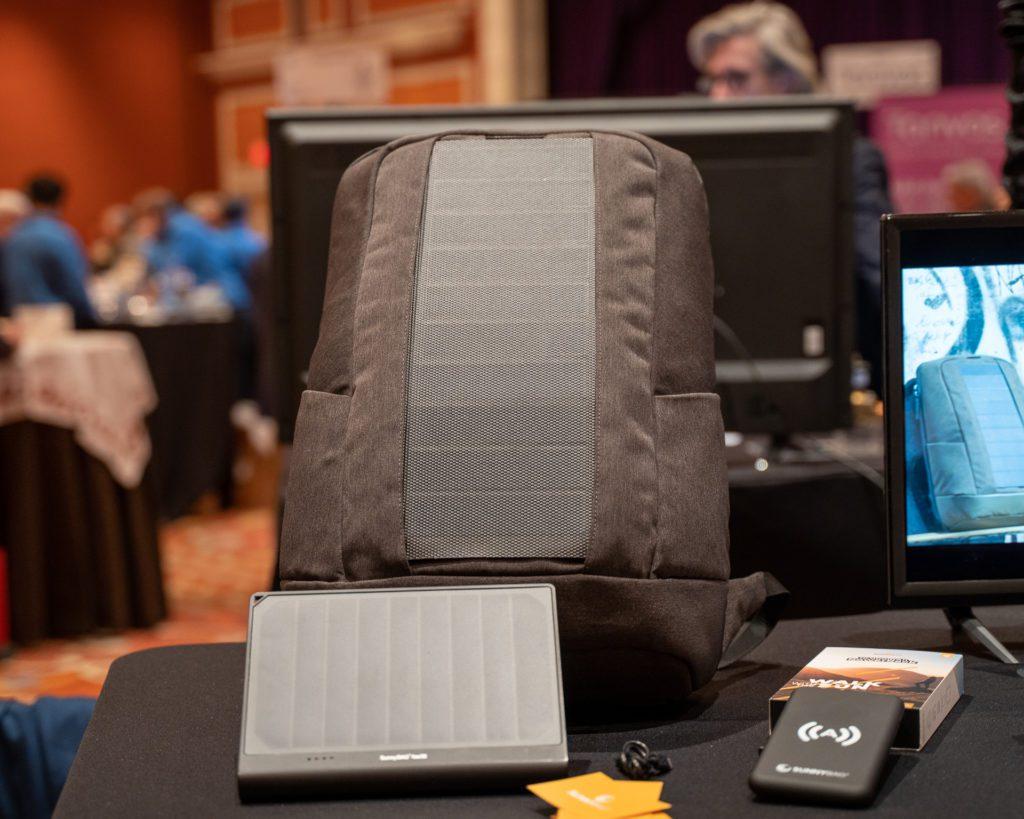 CES 2020 plecak z baterią słoneczną