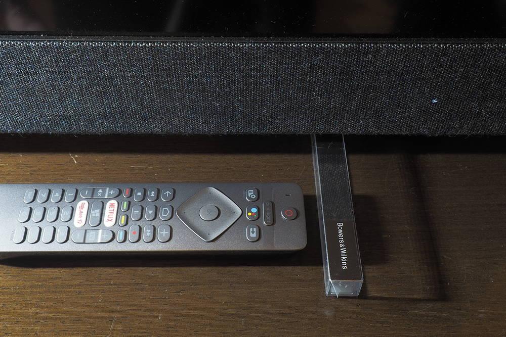 zdjecie przedstawia akrylowe nóżki oraz pilot telewizora philips 50pus8804