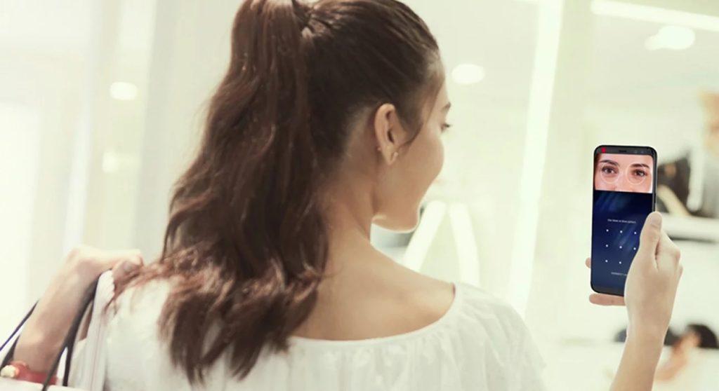 kobieta używająca rozpoznawania twarzy do odblokowania samsunga galaxy s8