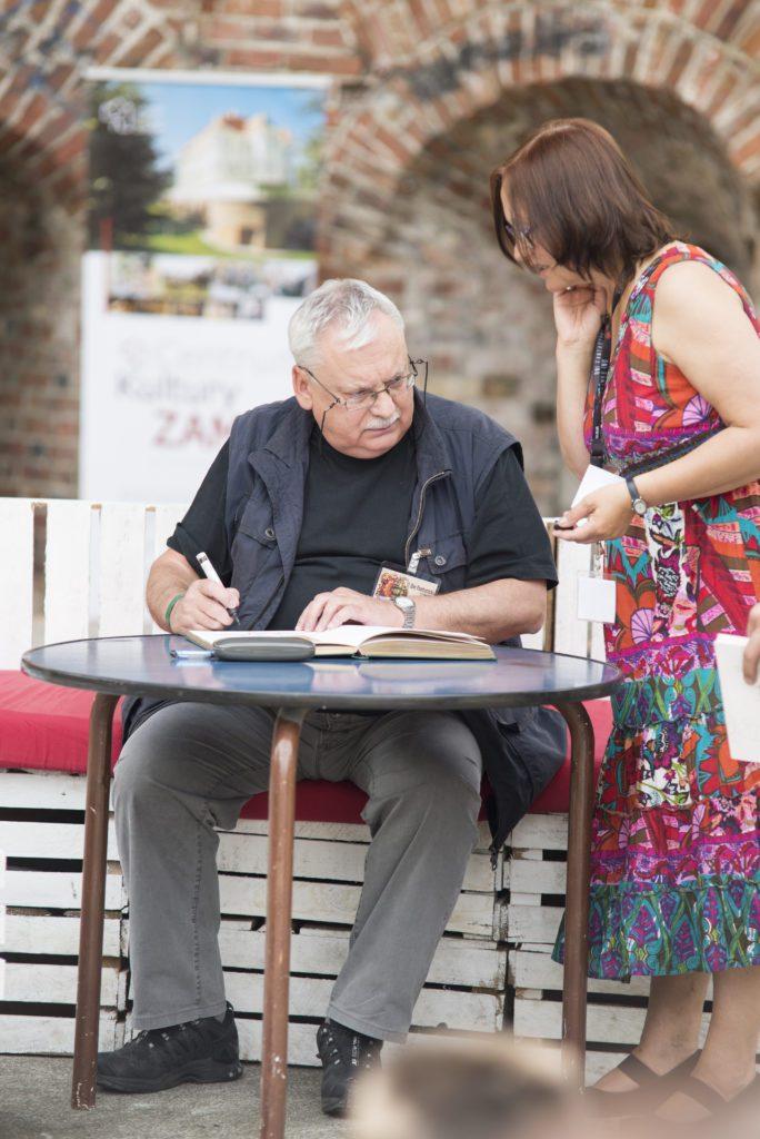 Sapkowski podpisujący książkę