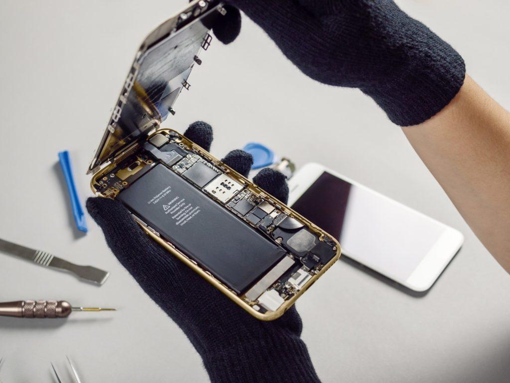 wymiana baterii w smartfonie