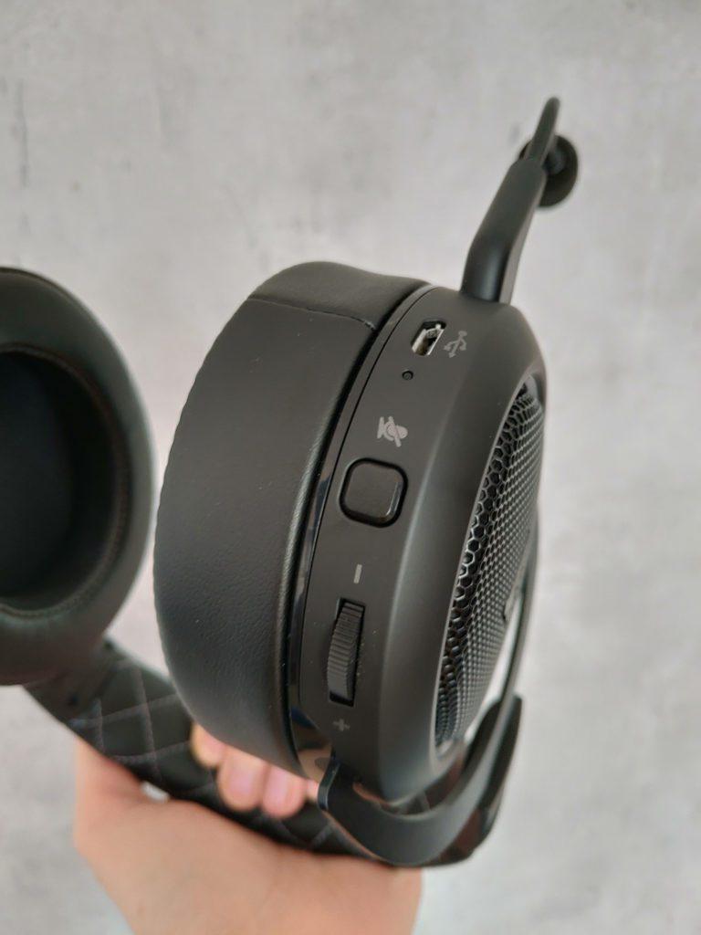 Corsair HS70 Pro Wireless przyciski na lewej muszli