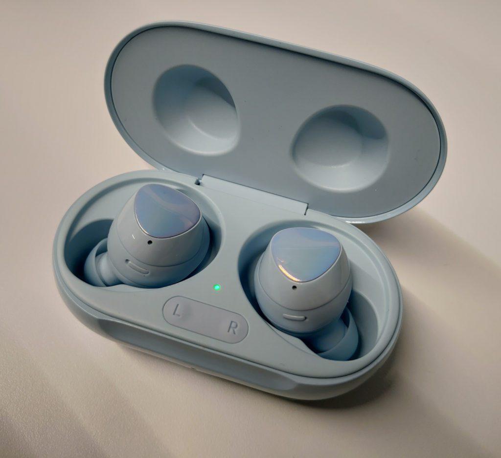 Samsung Buds+ słuchawki i case z bliska
