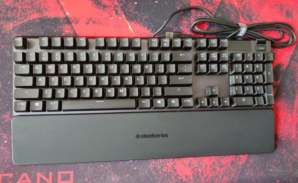 SteelSeries Apex 5 góra klawiatury wraz z podpórką pod nadgarstki