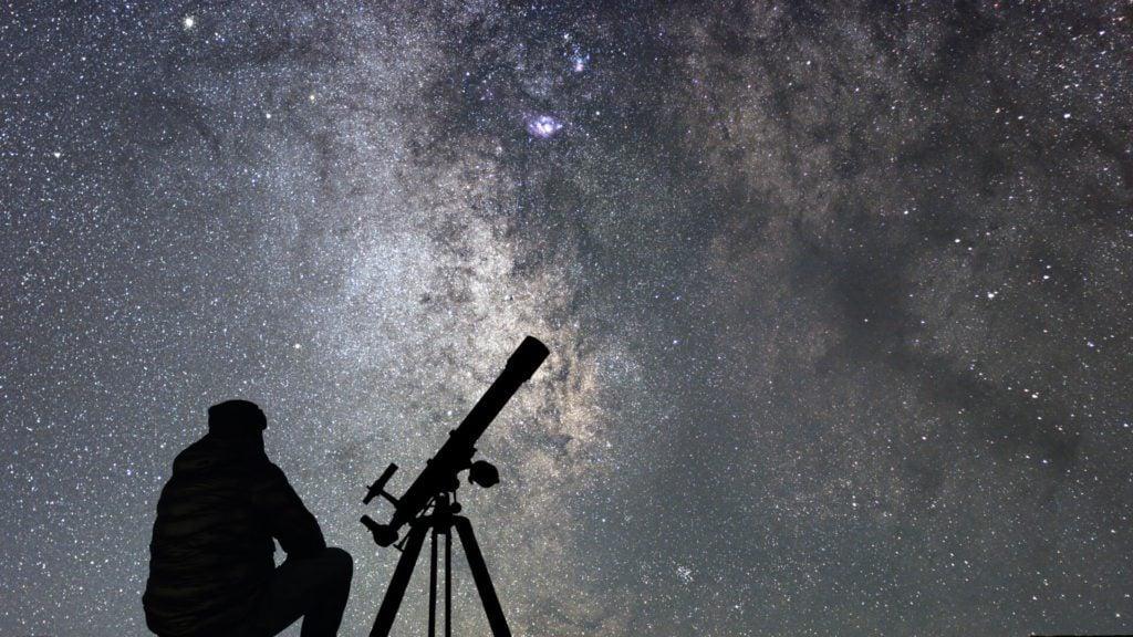 obserwacja nieba przez teleskop