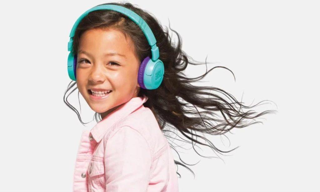 dziewczynka w słuchawkach