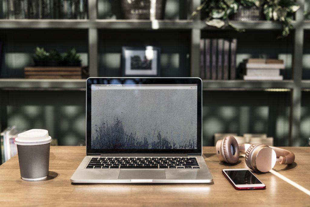 słuchawki i laptop na biurku