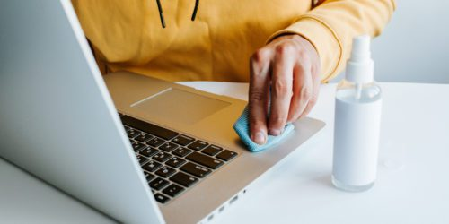 Jak dezynfekować sprzęt elektroniczny i nie dać się wirusom?