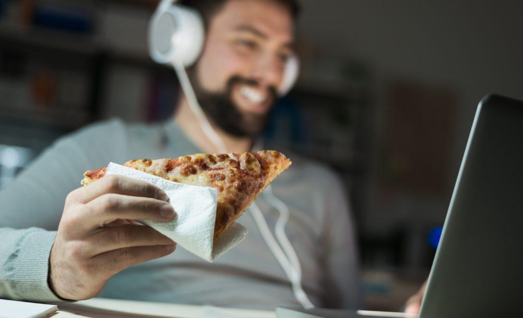 jedzenie przy laptopie