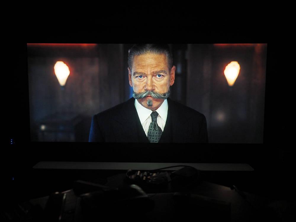 kadr z filmu morderstwo w orient expressie na ekranie philipsa 55oled804
