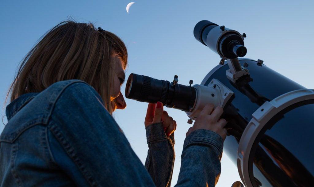 obserwacja nieba przez teleskop zwierciadlany