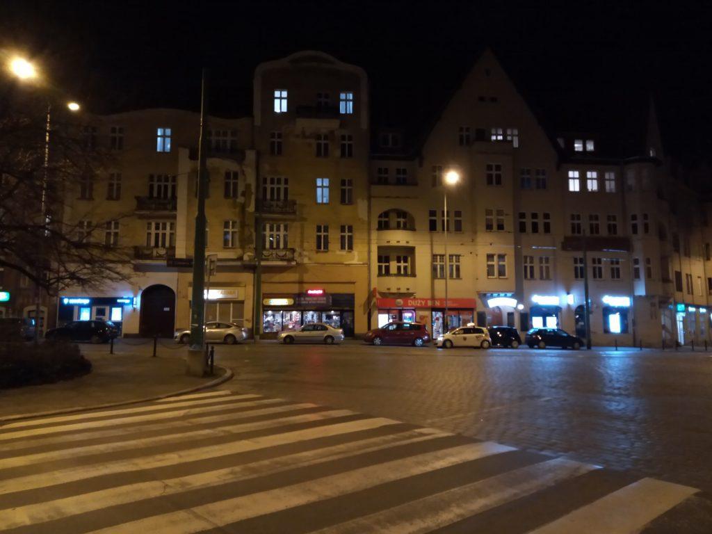 Nokia 2.2 zdjęcie nocne ulicy w Poznaniu