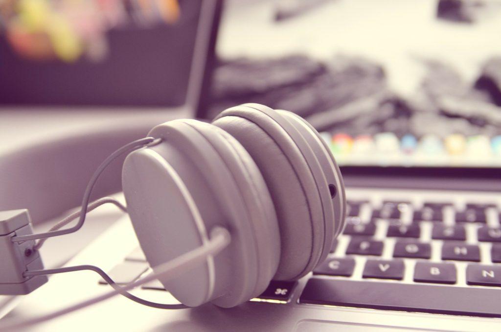 słuchawki na laptopie