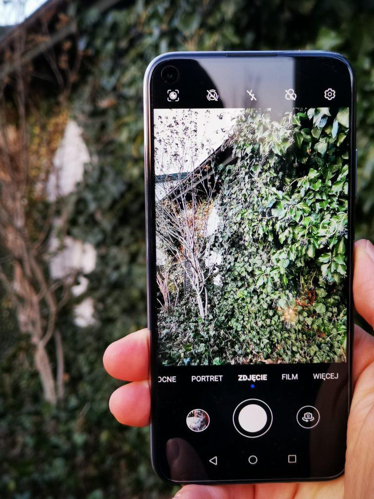 P40 Lite robi zdjęcie poczwórnym aparatem