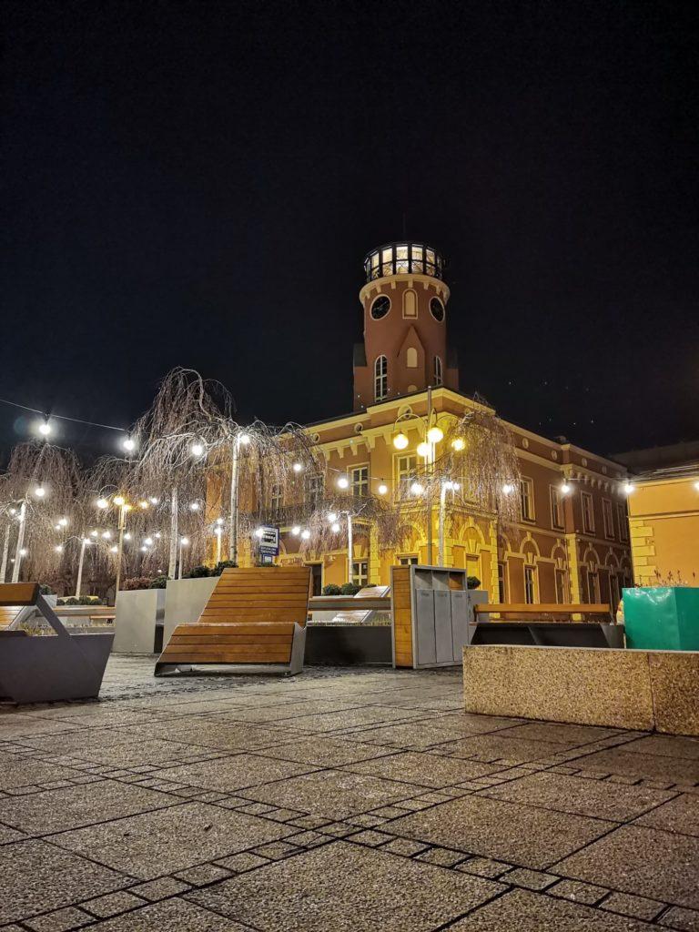 P40 Lite zdjęcie nocne ratusz w Częstochowie