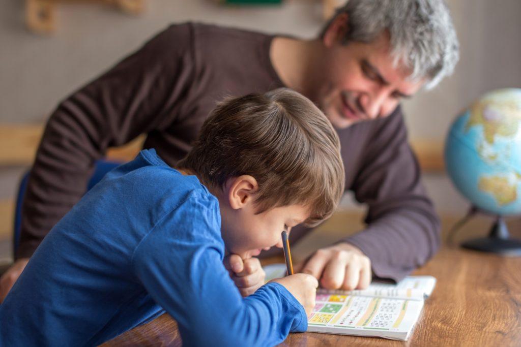 rodzic pomaga w nauce