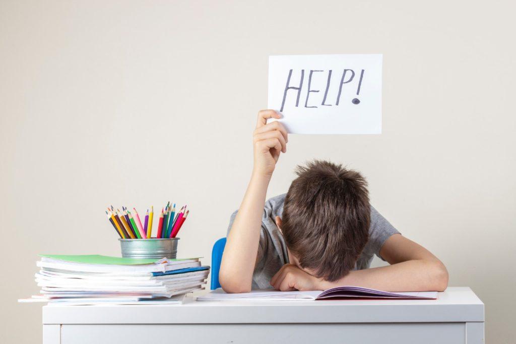 dziecko prosi o pomoc