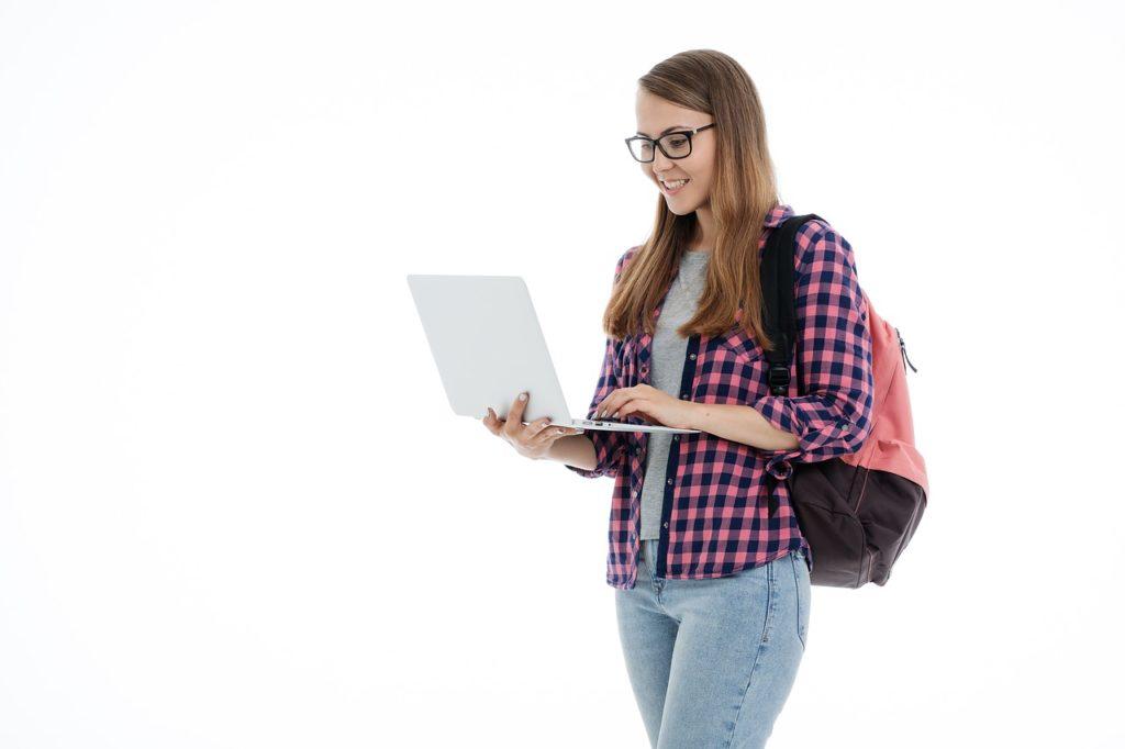 uczennica z laptopem