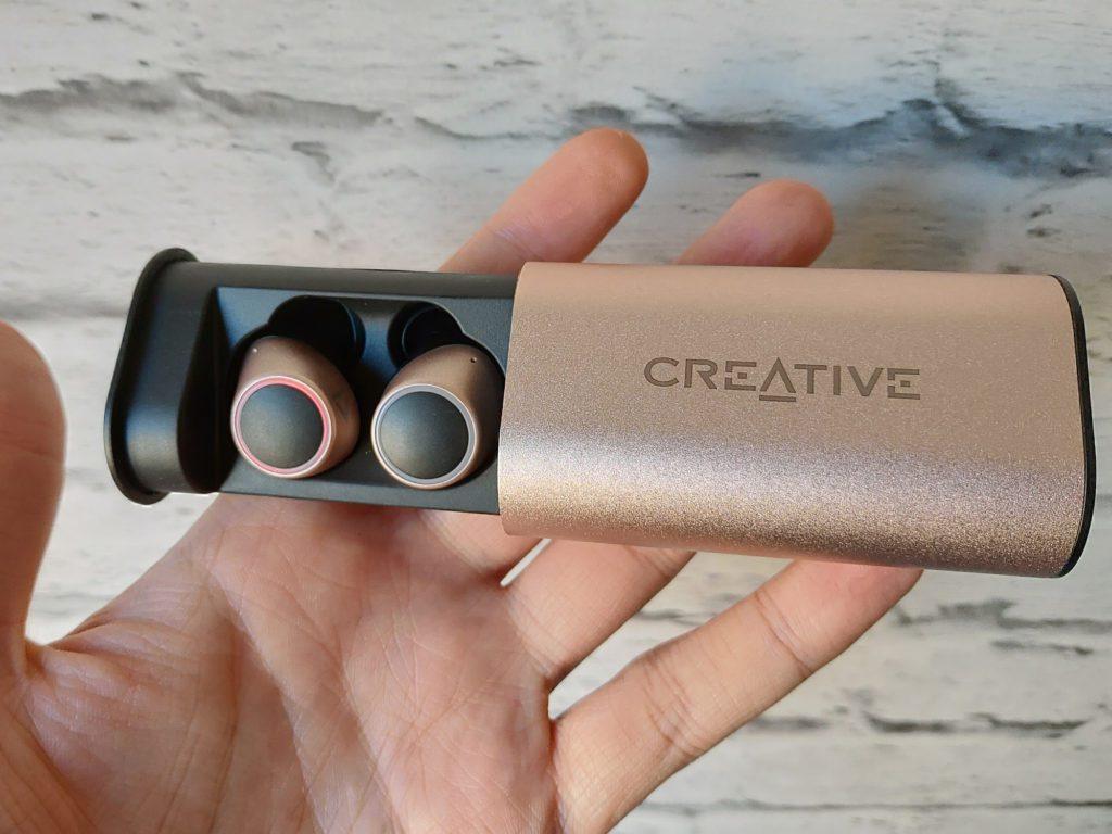 Creative Outlier Gold case ze słuchawkami