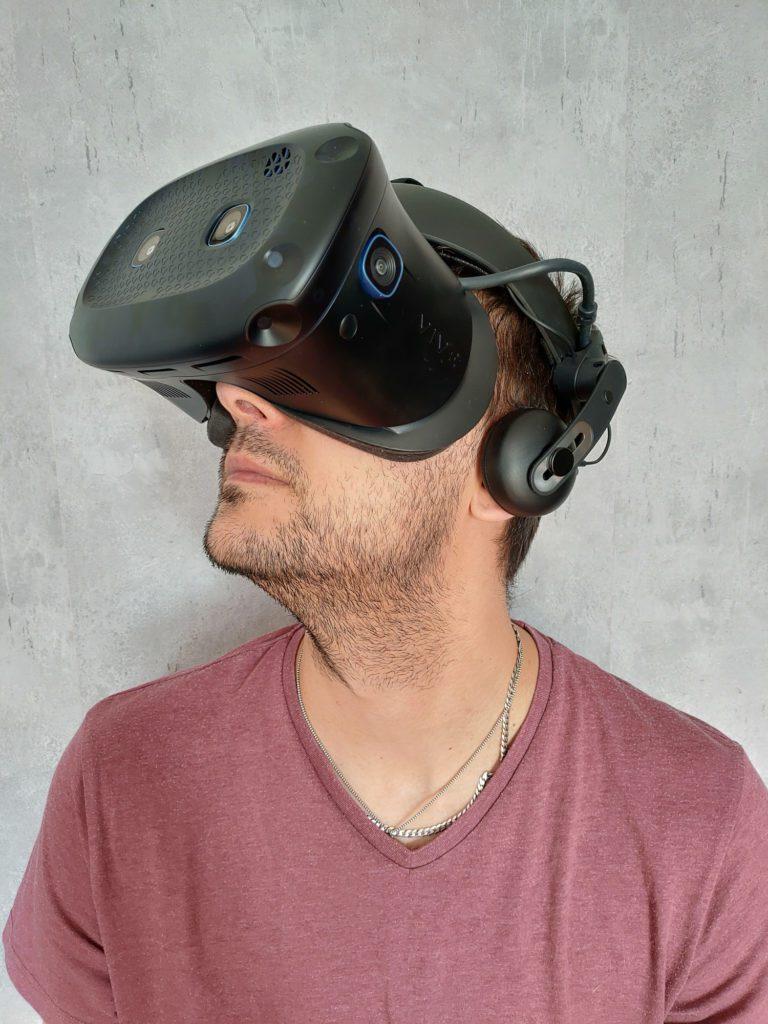 HTC VIVE Cosmos Elite gogle założone na głowie bokiem