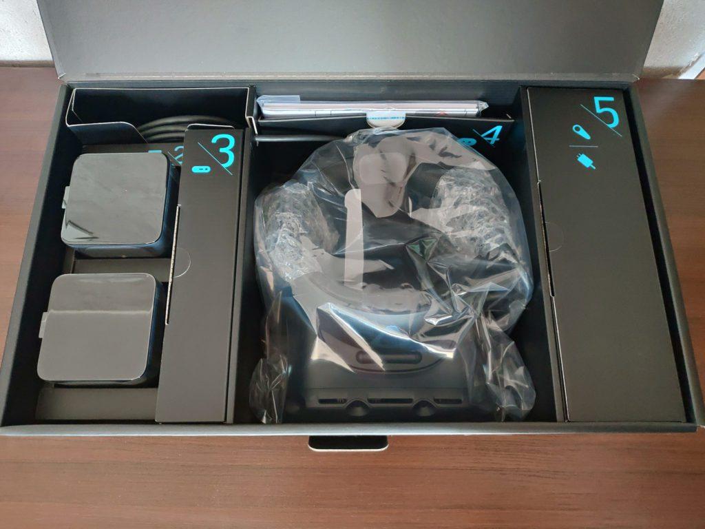 HTC VIVE Cosmos Elite upakowanie elementów w pudełku