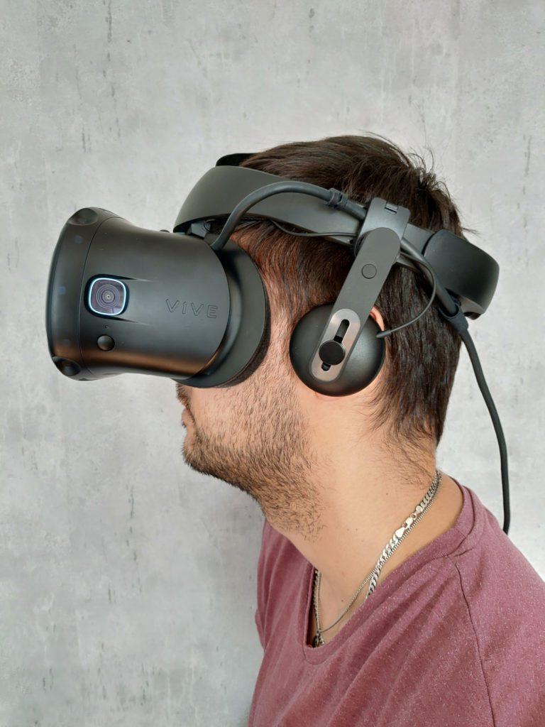 HTC VIVE Cosmos Elite założone gogle