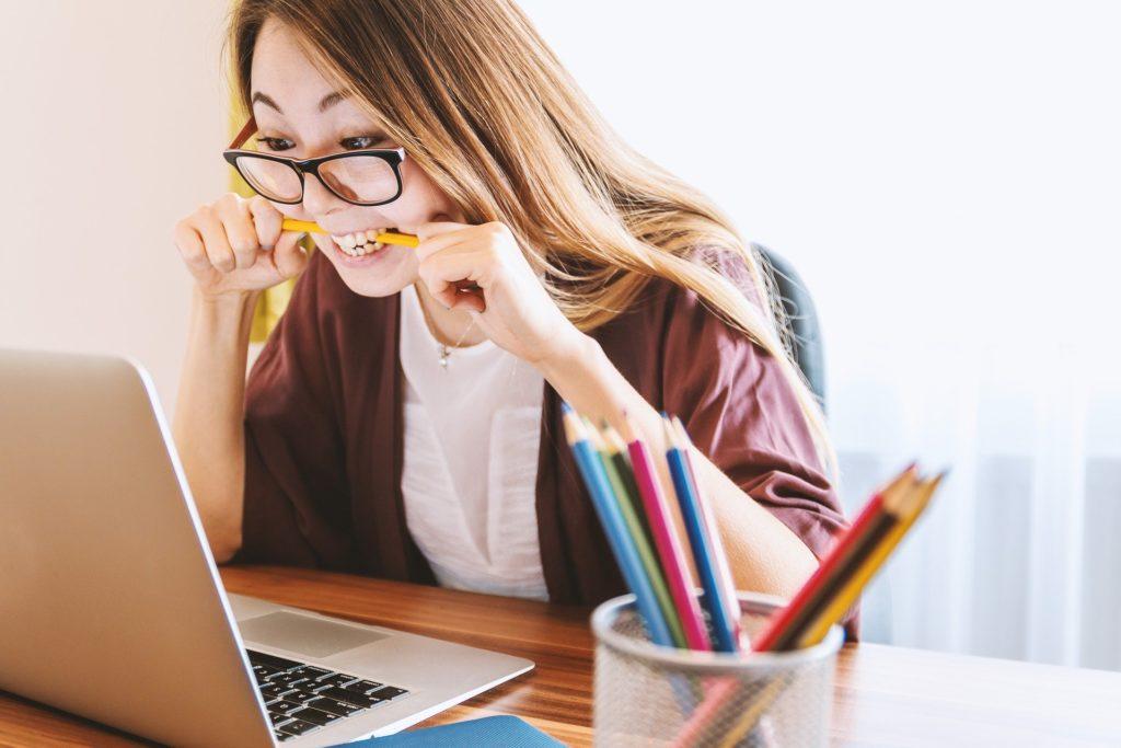 Kobieta przed komputerem pracuje, przecież nie ogląda Pudelka