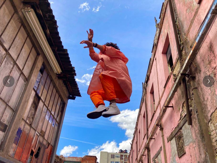 ktoś skacze