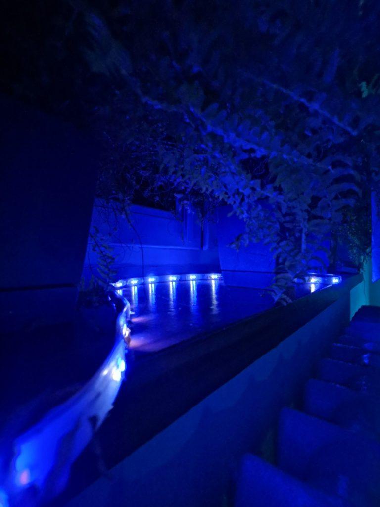 Taśma LED Philips Hue świeci na niebiesko