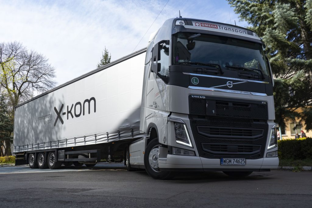 ciężarówka x-kom z pomocą dla częstochowskiego szpitala