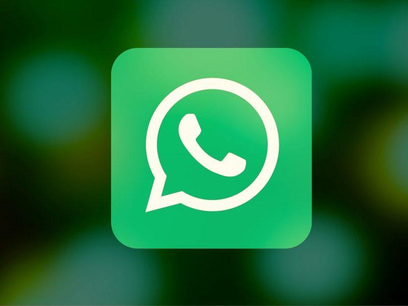 Foliowe czapeczki z głów. WhatsApp blokuje fake newsy