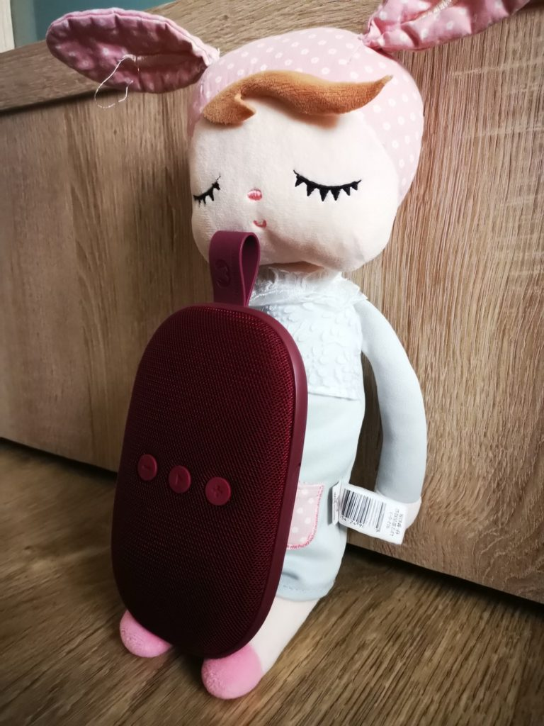 Głośnik i lalka porównanie wielkości
