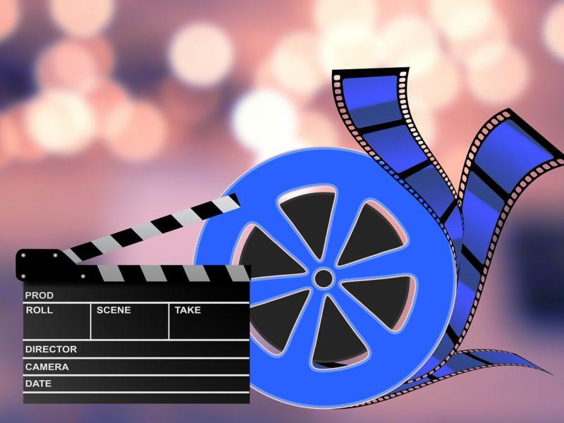 Kino we własnym ogrodzie? Podpowiadamy, co może się przydać