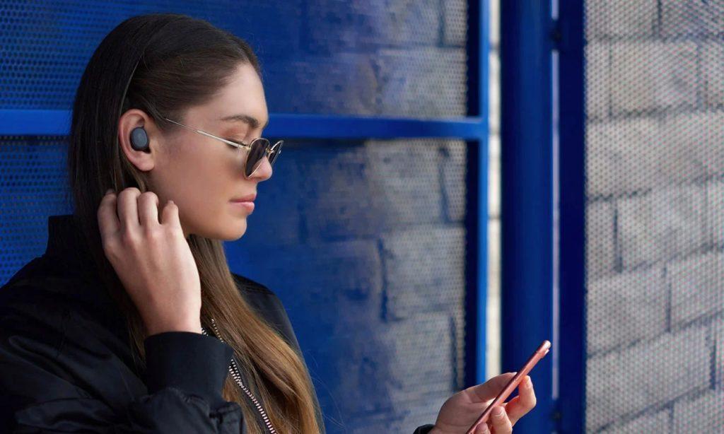 Kobieta ma słuchawki true wireless