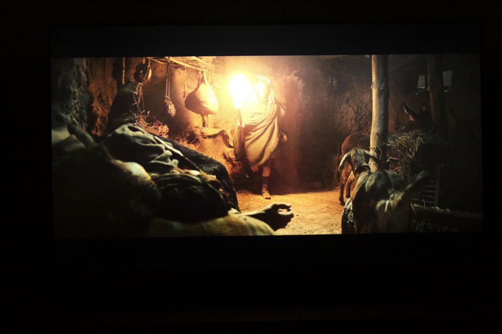kadr z filmu exodus na ekranie samsunga qe55q80ta