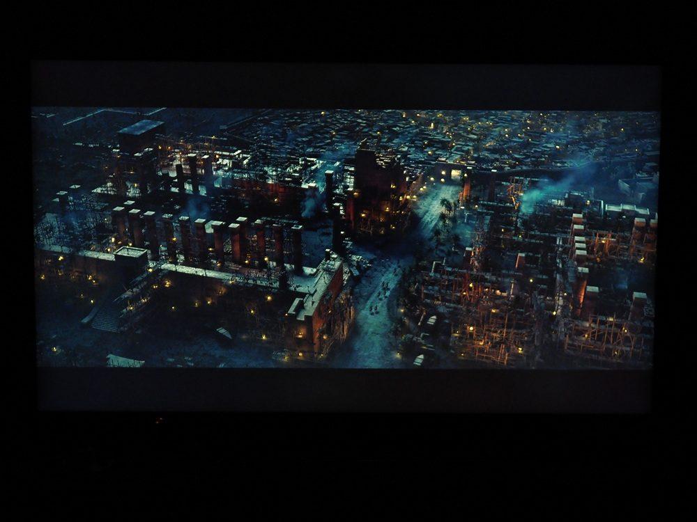 kadr z filmu wyświetlony na ekranie samsunga 65q74ta