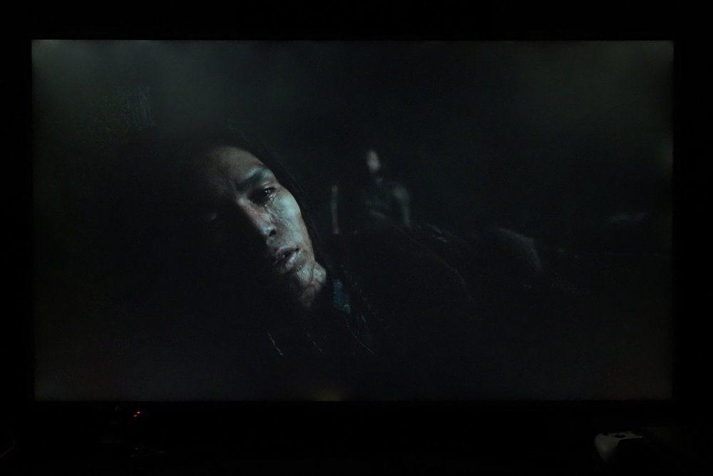 scena z filmu zjawa na ekranie telewizora samsung 65tu8502