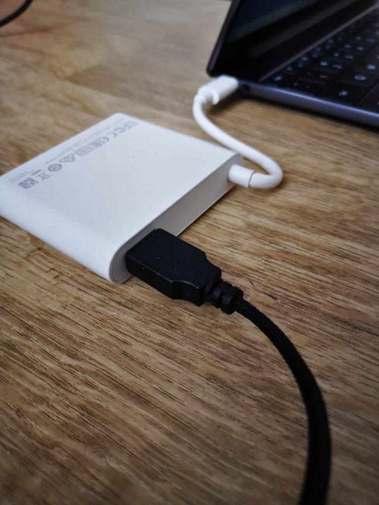 Huawei MateBook 13 podłączony adapter USB-C