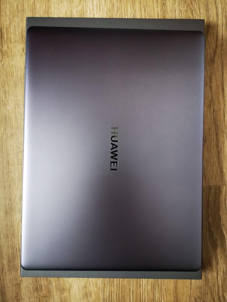 Huawei MateBook 13 jest mniejszy niż inny 13-calowy laptop