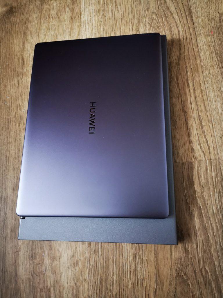 Huawei MateBook 13 porównanie wielkości z innym laptopem 13,3 cala