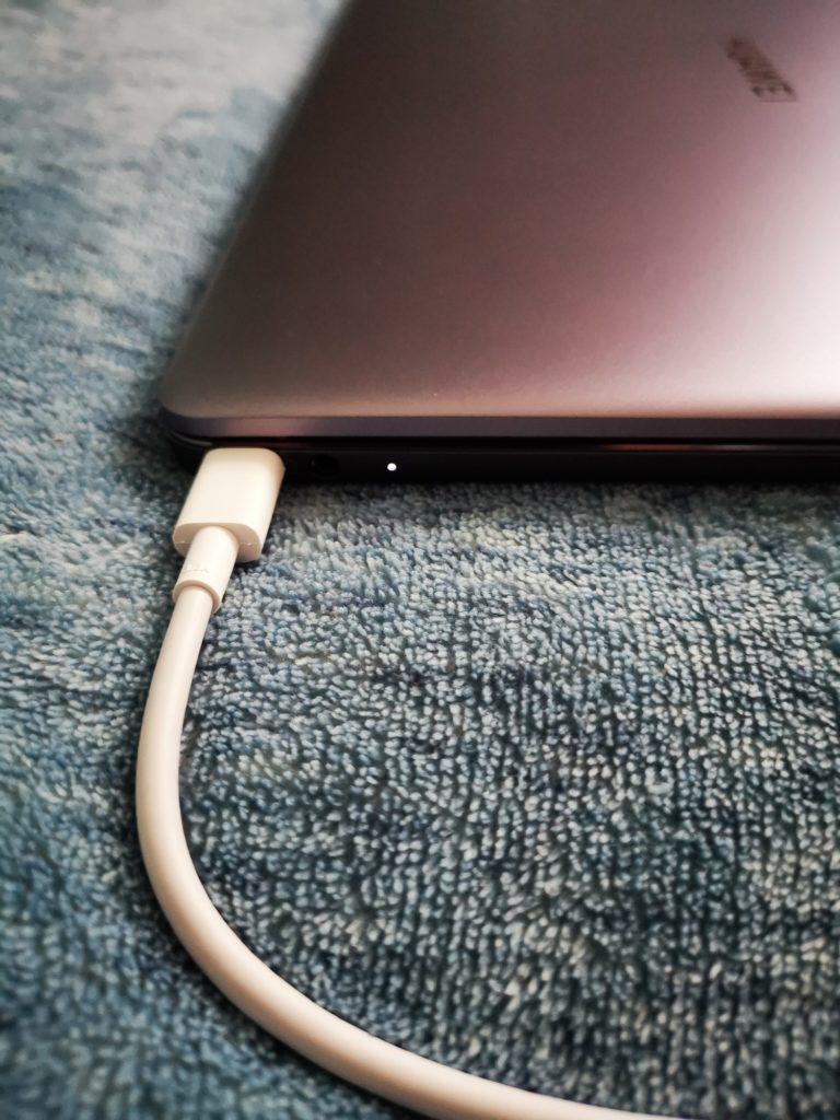 Huawei MateBook 13 ładowanie baterii ładowarką 65 W
