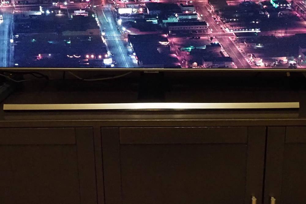 błyszcząca podstawa telewizora samsung q657t